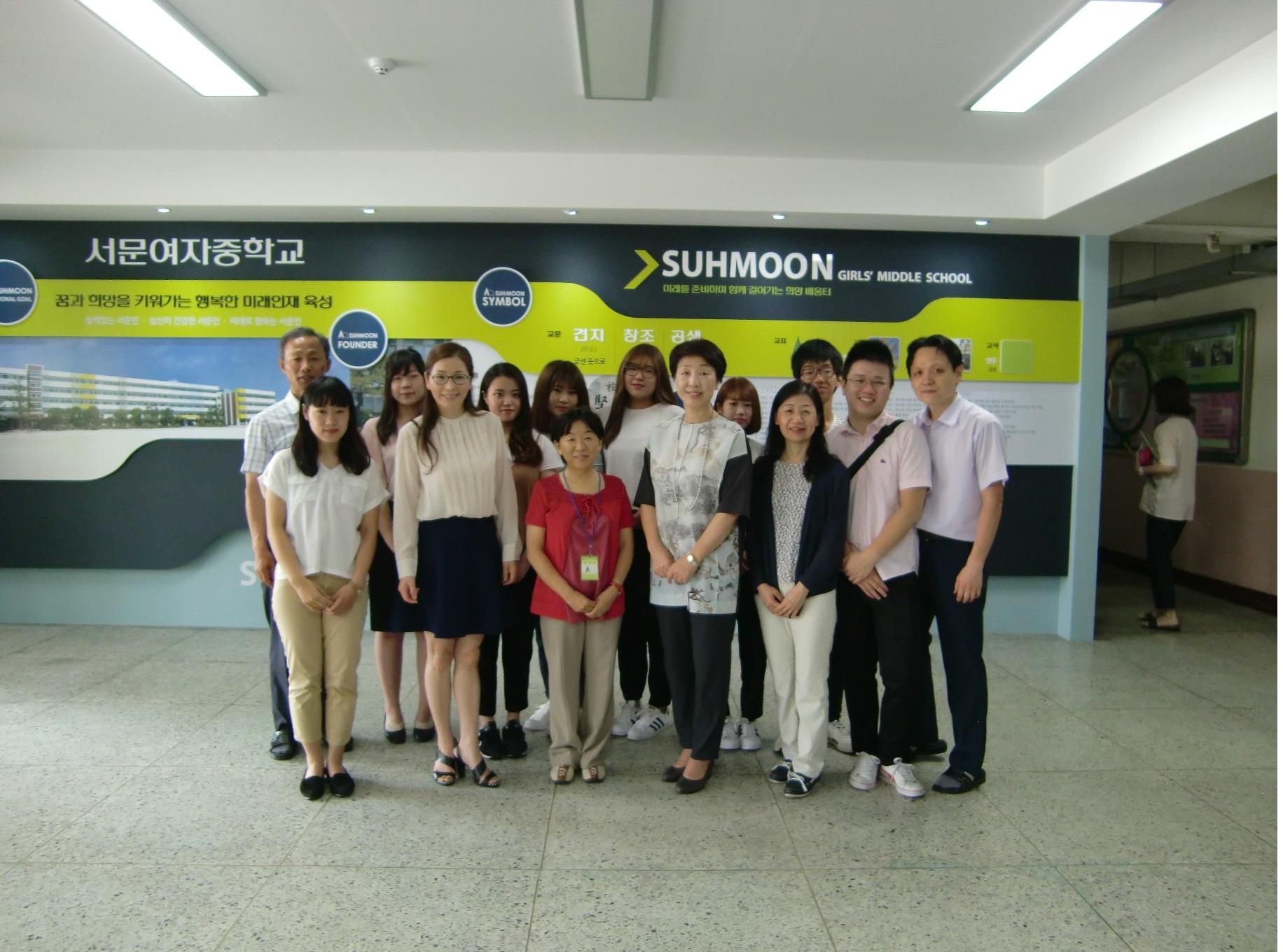 ②実習先のソムン女子中学校で、校長先生、教頭先生、日本語の先生と。