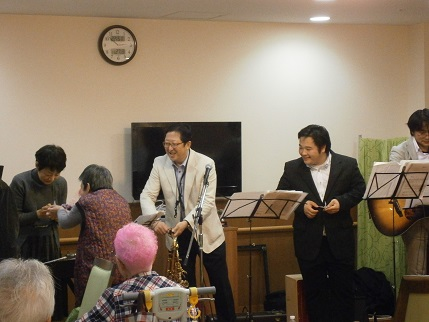 ジャズ研究会そんぽの家S東古松訪問演奏写真2