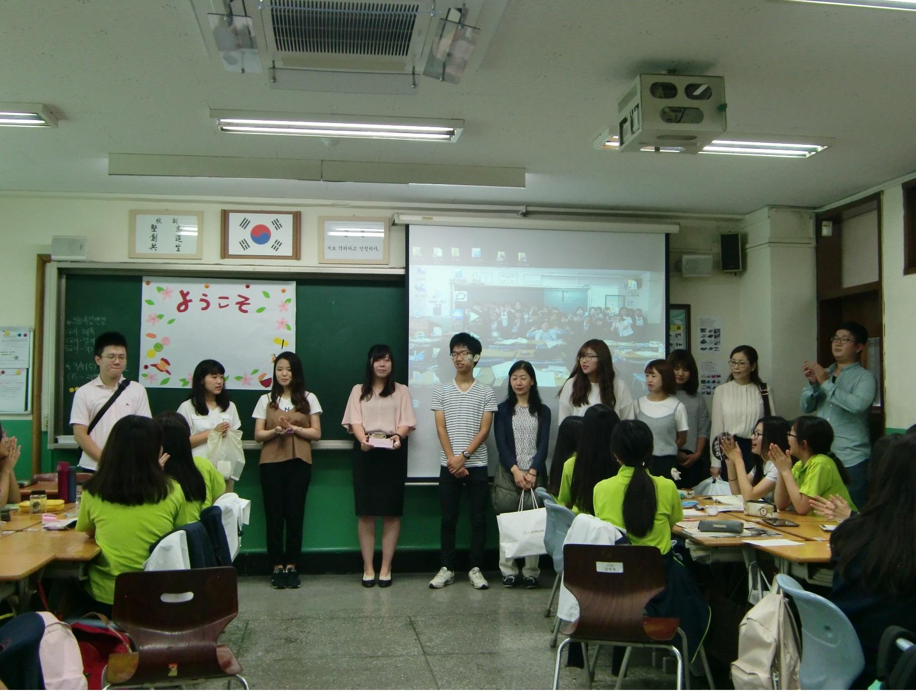 ③まずソムン女子中学校の生徒さんに挨拶。