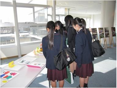 ⑤110周年記念館にて 「 学生作品の展示物を閲覧中!!」
