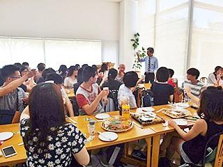本学食堂で歓迎会。