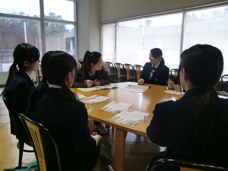 グループになって、中国語や日本語で交流しました。交流の様子です(その1)。
