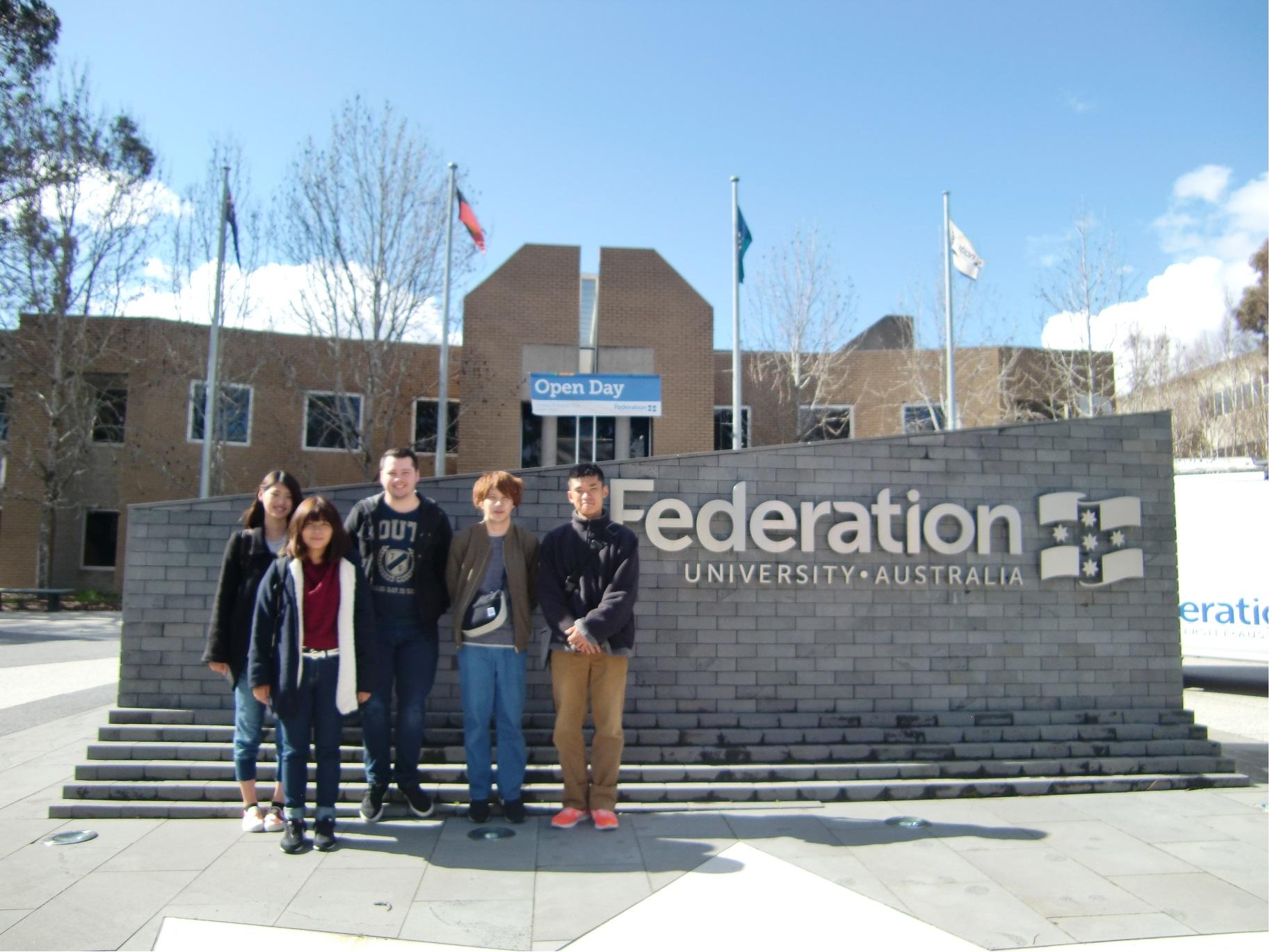 ①協定校のフェデレーション大学に行きました。案内してくれた学生さんと一緒に。2