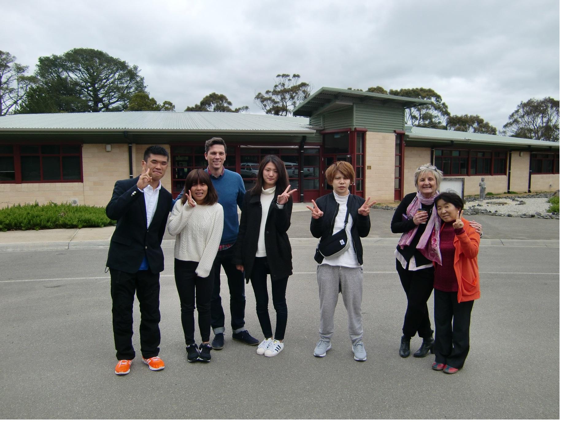⑤マウント・クリア高校でも実習を行いました。教頭先生、日本語の先生と。