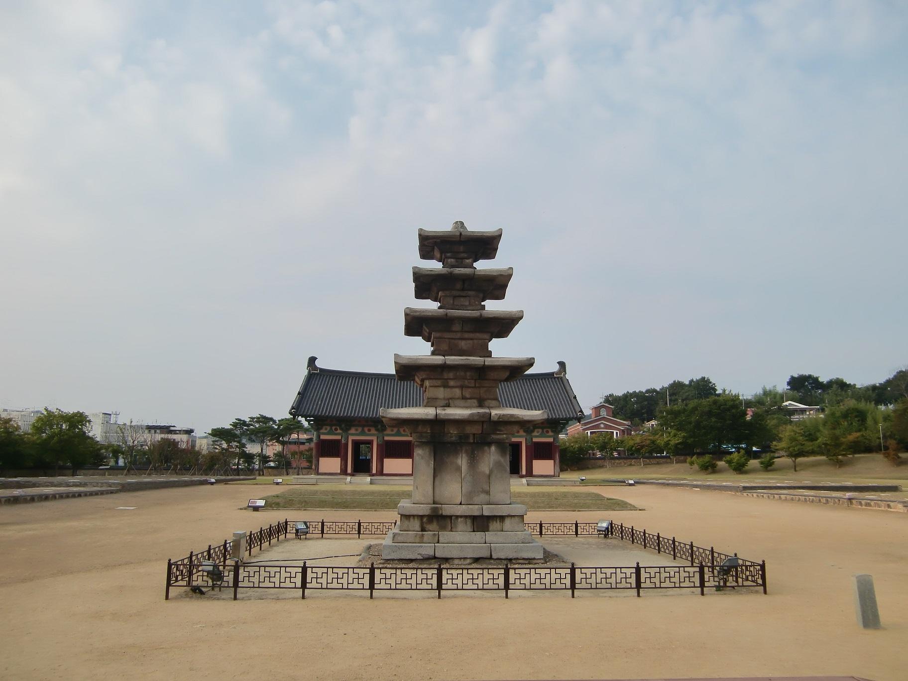⑬湖西大学校は忠清南道にあり、近くには日本とのつながりを感じさせる遺跡も。