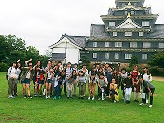 本学の学生と岡山城や後楽園で交流。